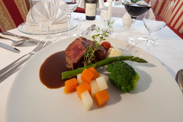 Tender sirloin with seasonal vegetables and red wine sauce