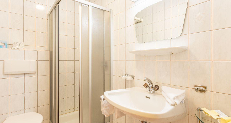 Bad im Mehrbett-Zimmer