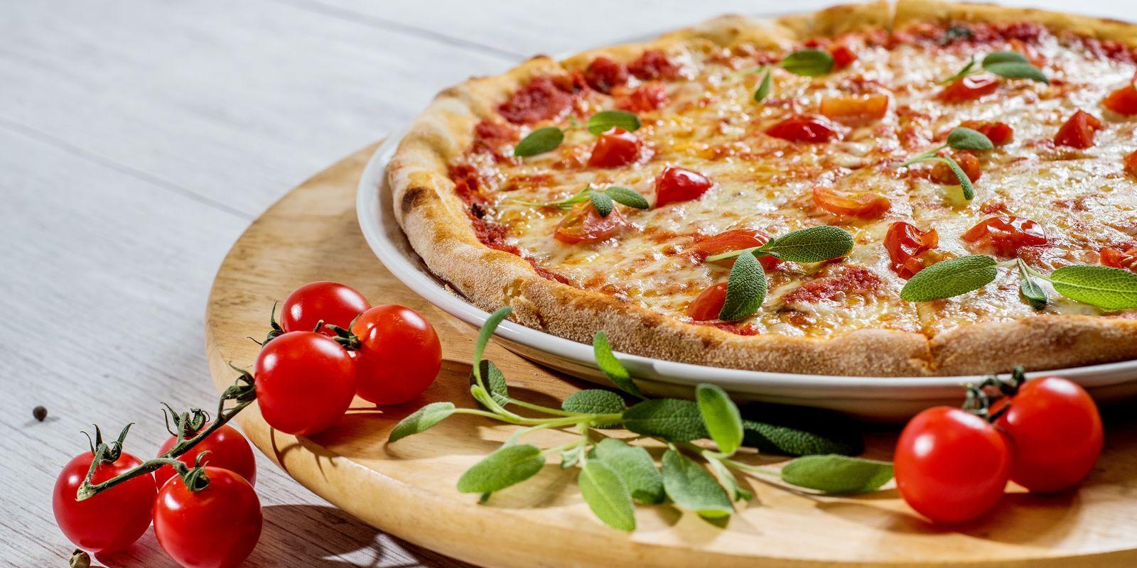 Vegetarische Pizza mit Tomaten